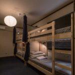 2段ベッドが並ぶ男女混合のドミトリー。広々とした大きめのベッドで快適に過ごせる。Wi-Fiや読書灯、ロッカーなども完備している