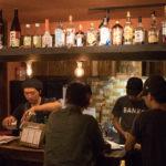 バーではゲストの7 割を占めるという外国からの旅人と地元の人たちがアットホームな雰囲気で語らう