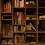 靴箱を兼ねた棚には広島関連本やイベントのフ ライヤーが並ぶ