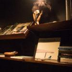 建築やデザイン関係の書籍 や地元広島の情報を発信する雑誌などが並ぶ本棚。小物も多くが北欧製