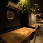 階の奥がカフ ェバー・ヒュッゲ&フィーカ。テーブルやチェアも北欧から仕入れた物で統一されている