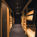 4、5 階は男女混合ドミトリー。頑丈な2 段ベッドがカプセルホテルのように並ぶ