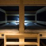 地震でも安心の2×4、2×6工法で造られた頑丈なベッド。100キロの体重の人が乗ってもびくともしない。敷かれたマットはスポーツ選手も愛用する物で、旅の疲れを優しく癒やしてくれる