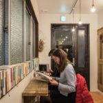 本館と隣り合うイースト館のロビーにも読書スペースが設けられ、こちらにもいろんな本が並んでいる