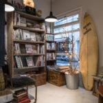 フロント横には書籍や雑誌がそろう