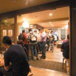 バー では種類豊富なビールや地酒も楽しめる。