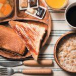 セルフ方式の朝食は500円。12.キッチンでは自炊もできる
