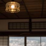 デザインガラスの照明などの備品も趣きある空間をつくる