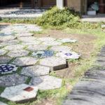 中庭に埋められた六角タ イル。六角形は隠れたテーマ